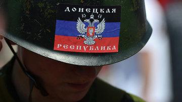 Человек в каске с флагом ДНР в Донецке. Архивное фото