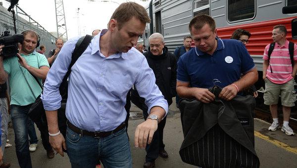 Кандидат в мэры Москвы, оппозиционер Алексей Навальный (слева) и один из организаторов штаба Навального в Кирове Николай Ляскин