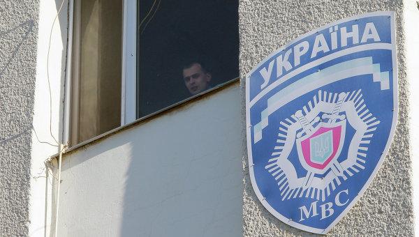 Милиционер смотрит из окна здания управления МВД Украины. Архивное фото
