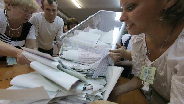 Подсчет голосов на выборах. Архивное фото
