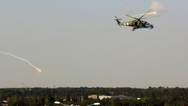 Украинский боевой вертолет Ми-24 над Донецком. Архивное фото