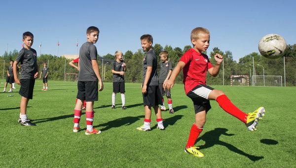 Дети играют в футбол, архивное фото