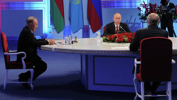 Президенты России, Казахстана и Белоруссии Владимир Путин, Нурсултан Назарбаев и Александр Лукашенко на заседании ЕАЭС. Архивное фото