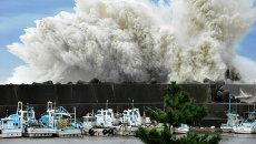 Бушующие волны ударяют против волнореза в Японии. Архивное фото
