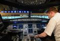 """Пилот в кабине самолета в аэропорту """"Толмачево"""" в Новосибирске"""