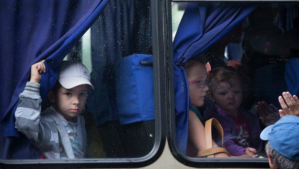 Дети в автобусе на востоке Украины, архивное фото