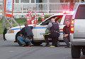 Полицейские на позициях за служебными машинами в городе Монктон, провинция Нью-Брансуик, Канада