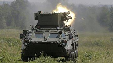 Броневик Украинской армии ведет огонь. Архивное фото