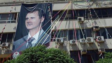 Плакат с портретом президента Сирии Башаром Асадом на здании в Дамаске. Архивное фото