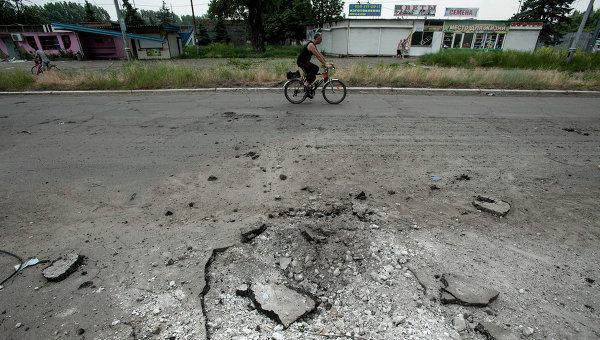 След на асфальте от попадания снаряда в Славянске. Архивное фото