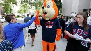 Стажер Республиканской партии США в образе гигантской белки выступает против Хиллари Клинтон
