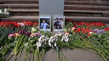 Цветы у здания ВГТРК в память о погибших журналистах. Архивное фото.