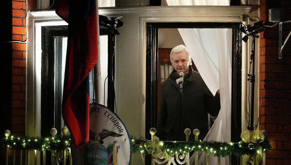 Основатель WikiLeaks Джулиан Ассанж в посольстве Эквадора. Архивное фото