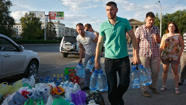Сбор гуманитарной помощи для беженцев. Архивное фото