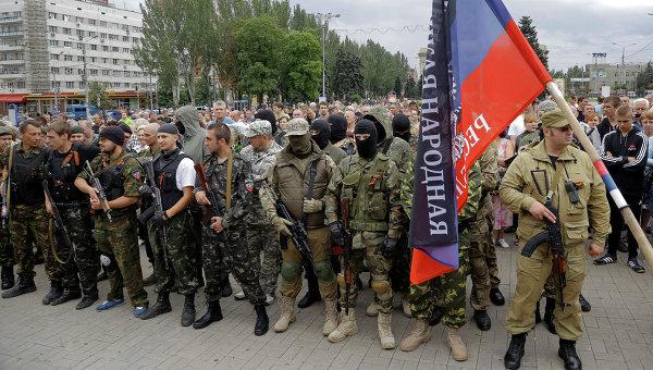 Бойцы народного ополчения с флагом Донецкой народной республики, архивное фото