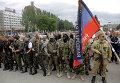 Бойцы народного ополчения с флагом Донецкой народной республики