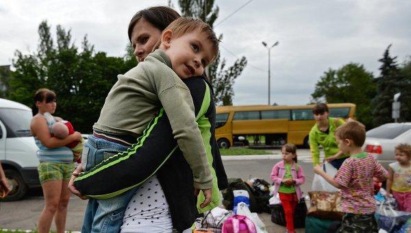Отправка беженцев с детьми из Славянска в Россию. Архивное фото