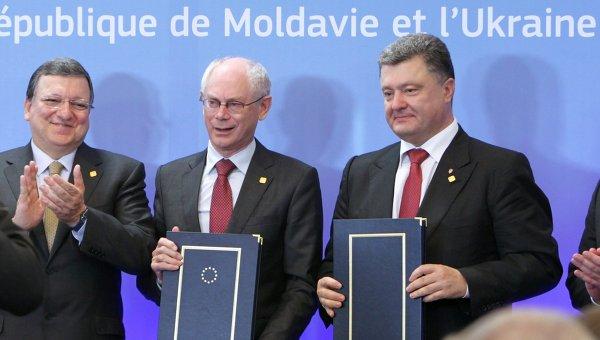 Председатель Европейской комиссии Жозе Мануэл Баррозу, председатель Европейского Совета Херман Ван Ромпей и президент Украины Петр Порошенко (слева направо) после церемонии подписания Соглашения об ассоциации Украины с Европейским Союзом в Брюсселе