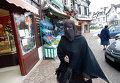 Женщина в никабе на улице Ле-Мениль-Сен-Дени недалеко от Парижа