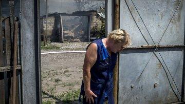 Местная жительница в станице Луганская, подвегшейся авиационному удару вооруженных сил Украины.