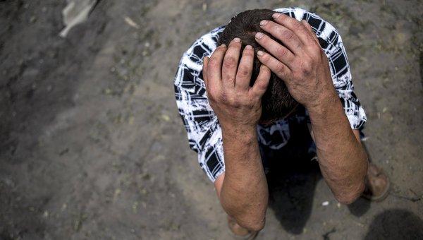 Местный житель в станице Луганская, подвегшейся авиационному удару вооруженных сил Украины