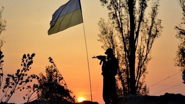 Флаг Украины и военнослужащий. Архивное фото