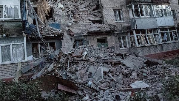 Последствия артиллерийского обстрела украинскими военными микрорайона Артема в Славянске, архивное фото