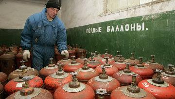 Украинский рабочий у баллонов с газом. Архивное фото
