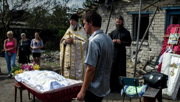 Похороны погибших во время обстрела украинскими военными жителей станицы Луганская Владимира Ермилова и его сына Вани