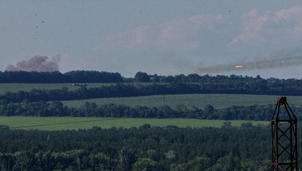 Украинские военные ведут огонь из установки залпового огня Град по поселку Николаевка