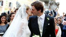 Бельгийский принц Амадео целует свою невесту журналистку Элизабетте Марии Росбох фон Волкенштайн во время браксочетания