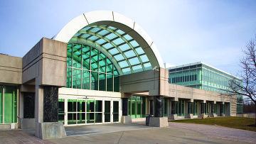 Вид на вход в здание штаб-квартиры ЦРУ