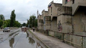 На окраине Луганска после обстрела. Архивное фото
