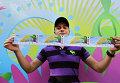 Болельщик демонстрирует купленные билеты на чемпионат мира по футболу