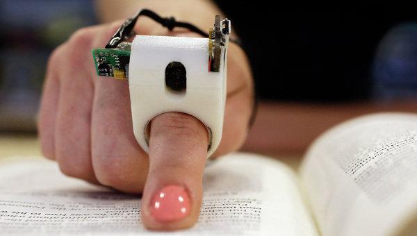 Устройство FingerReader, позволяющее слепым читать