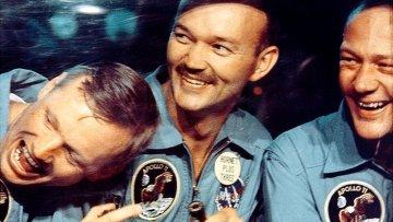 Астронавты Аполло 11 Нил Армстронг, Майкл Коллинз и Базз Олдрин улыбаются через окно мобильного карантина
