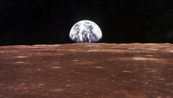 Вид на землю с луны во время экспедиции экипажа Аполлон 11. Архивное фото