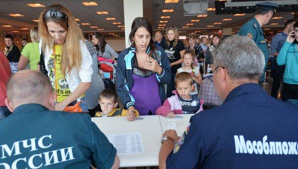 Сотрудники МЧС встречают беженцев из Украины. Архивное фото