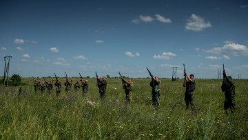 Ополченцы стреляют в воздух на похоронах погибшего товарища