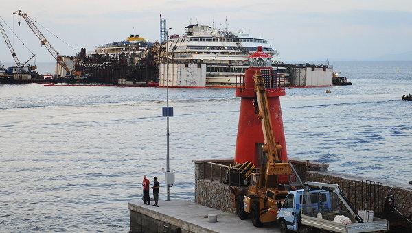Круизный лайнер Коста Конкордия в бухте Джильо перед началом работ по перемещению в порт Генуи