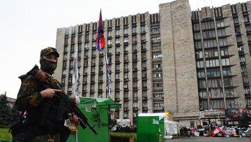 Боец батальона Восток у здания областной государственной администрации города Донецка