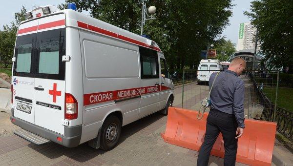 Машина Скорой помощи у станции метро Славянский бульвар