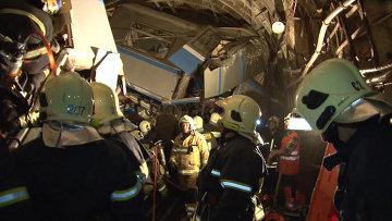 Сотрудники МЧС России работают на месте аварии в Московском метрополитене