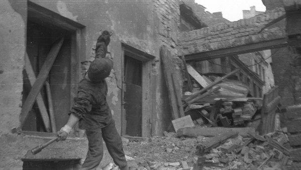Ежи Сивец Джур из батальона Густав , бросает ручную гранату на позиции немцев в Старом городе, конец августа 1944