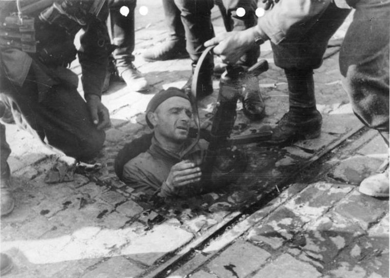 Сдача в плен бойца польского сопротивления. 6-ое октября 1944.