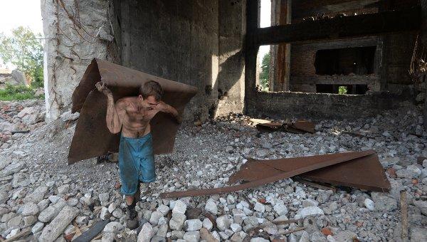 Местный житель во время сбора черного металла в заброшенной шахте имени Н. А. Изотова на окраине Горловки
