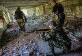 Бойцы ополчения во время разведки возле аэропорта Донецка