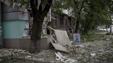 Последствия артиллерийского обстрела на Украине. Архивное фото.