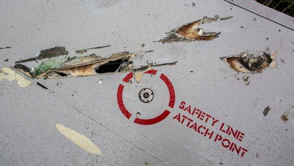 Возможные следы от осколков ракеты на крыле потерпевшего крушение лайнера Boeing 777 Малайзийских авиалиний в районе города Шахтерска