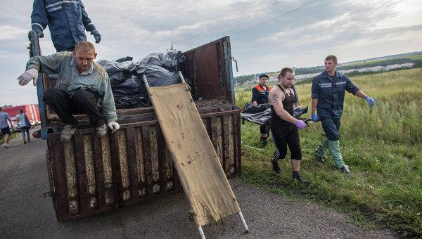 Сбор тел погибших при крушении лайнера Boeing 777 Малайзийских авиалиний в районе города Шахтерск Донецкой области. Архивное фото.